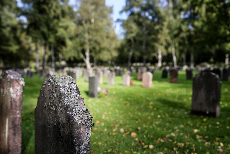 Äldre man fastklämd under gravsten.
