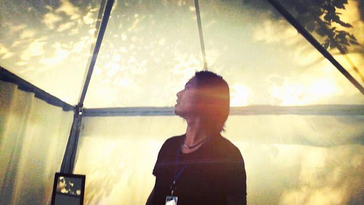 """山田:闇をひとりで抱えてきて、それが爆発したのが昔のTHE BACK HORNだったけど、今は""""共にゆこう""""って力強く歌うことができる。""""いろいろある。だけど行こう""""って。skream!より抜粋( goo.gl/LzOvZW )"""