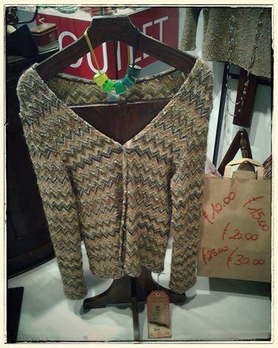 Collana ZSISKA collezione Melody. Una melodia di colori, una seguenza di tonalità che farà risplendere il tuo look. Cardigan in lana collezione sartoria GRILLO TORINO.