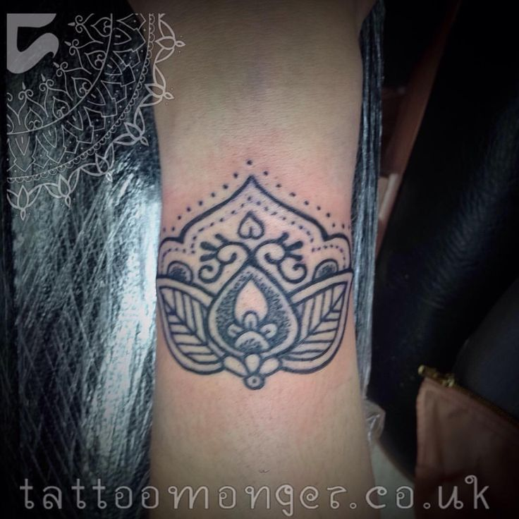Mehndi inspired wrist peace, thanks to @alyson.voirin for coming to get from me.  #tattoomonger #davidbarclay #london #fudoshintattoo #flamineighttattoo #mehndi #hennatattoo #indian #blackwork #dotwork #mandala #mandalatattoo