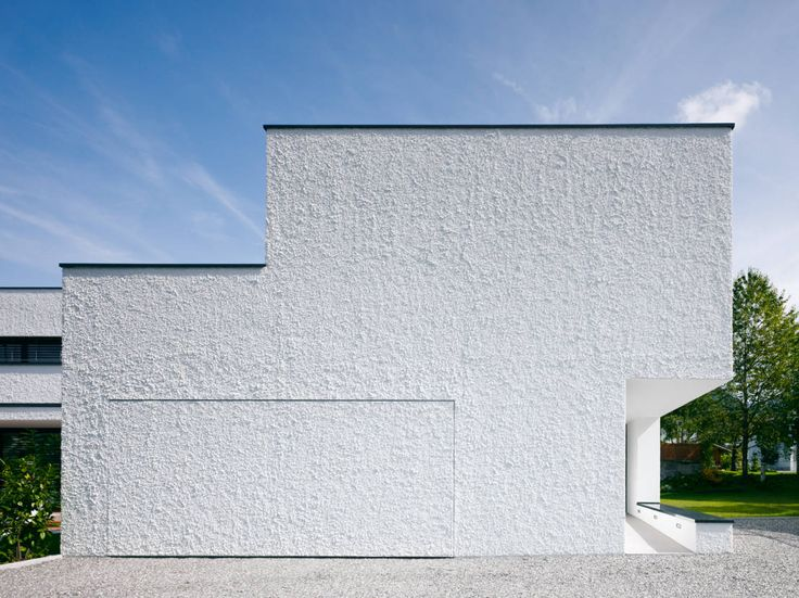 Das Architekturbüro Baumschlager Hutter ZT GmbH plante und baute für eine junge Familie ein modernes Einfamilienhaus mit versteckter Garage.