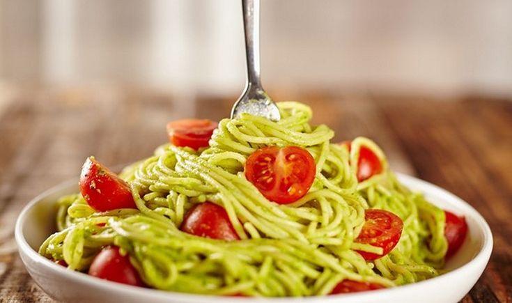 Μια γευστικότατη μακαρονάδα με την πιο εύκολη και απίστευτα κρεμώδη σάλτσα από αβοκάντο. Ένα πιάτο που θα λατρέψουν οι φαν της υγιεινής διατροφής αλλά και όσοι θέλουν να δοκιμάσουν κάτι διαφορετικό.