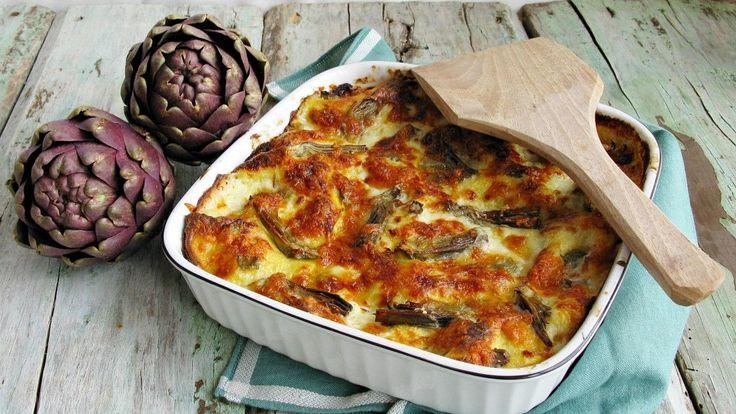 Le lasagne ai carciofi sono un primo piatto cremoso con una crosticina croccante, ottenuta grazie alla cottura in forno. In questa versione i carciofi sono fatti saltare in padella con lo scalogno, l'aggiunta di briciole croccanti di salsiccia, rende il piatto ancora più gustoso e sostanzioso.   Carciofi, salsiccia, Parmigiano Reggiano D.O.P., una lasagna ottima anche come piatto unico.