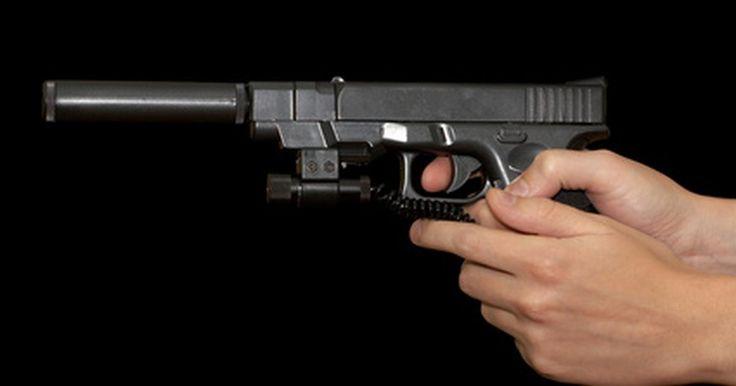 Instrucciones para desarmar una pistola Glock. En el mundo de las armas de fuego, la Glock es conocida por su fiabilidad y durabilidad. Aun así, para fines de mantenimiento, es esencial que sepas cómo desmontarla. La pistola Glock se desmonta a mano, sin herramientas.