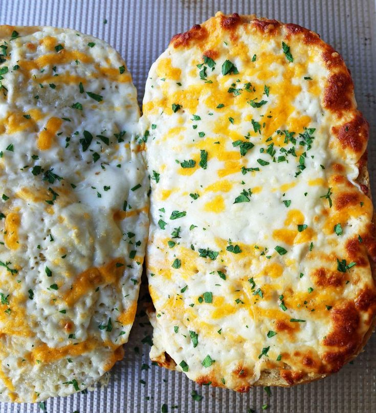 Schnelles und einfaches Knoblauch-Käse-Brot. Warmes Brot geröstet und mit Knoblauch eingeschnitten …   – Dinner