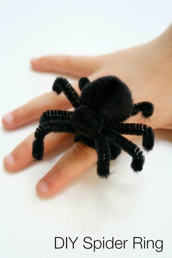 DIY Spider Ring for Halloween - made from pipe cleaners. Love the simplicity of this idea and my 4 year old will love combining crafting with jewellery making...