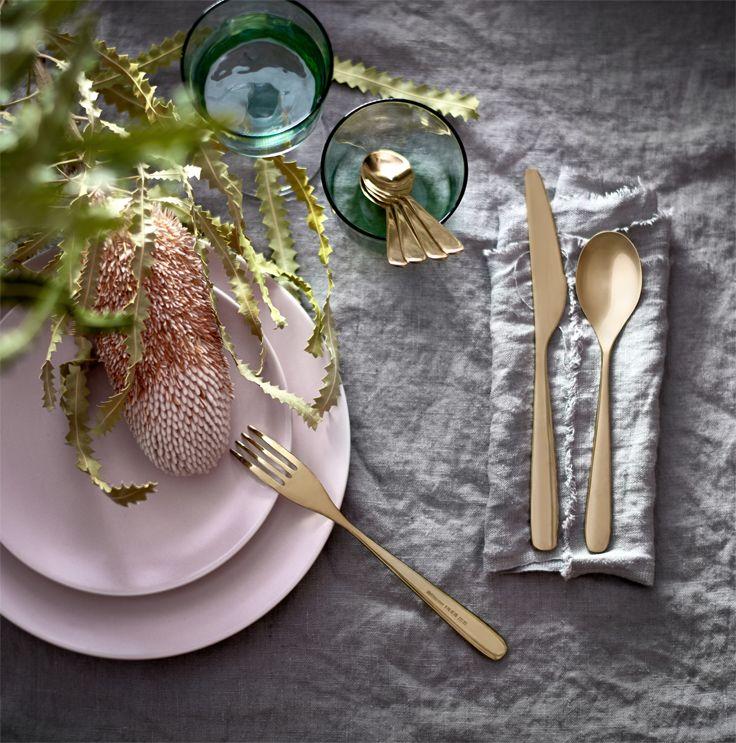 Van een designstoel van gerecycled plastic tot glossy servies gemaakt van restjes glas: IKEA bewijst opnieuw dat duurzaamheid en design perfect samengaan. Veel van de nieuwe producten voor de keuken en eetkamer zijn gemaakt van hergebruikte materialen. #IKEA #duurzaam #design