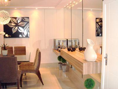 1- Sala moderna e clean com aparador branco e portas espelhadas! Gente, sou apaixonada pelo armário buffet na sala de jantar ! Dif...