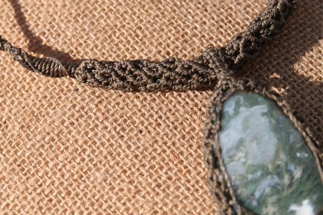 Collar en macrame con piedra Agata Musgo y dos cuentas de Unakita. La cuerda es con un nudo corredizo ajustable a la medida deseada.