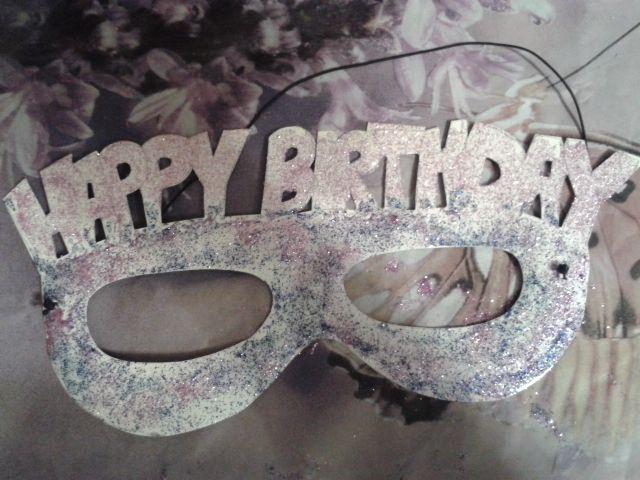 Urodzinowe okulary, wystarczy kartka z bloku technicznego i brokatowy klej :-)