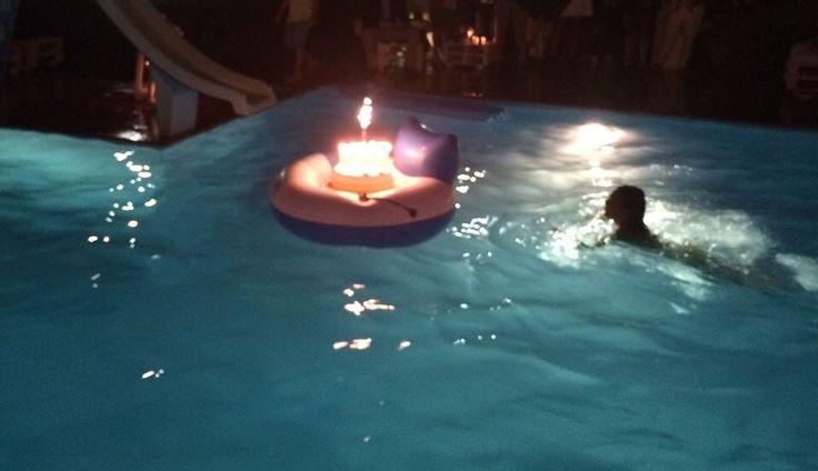 Festa di compleanno in villa privata con finale a sorpresa! Una speciale torta di compleanno in piscina!