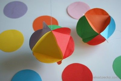 Papierowe bombki z kółeczek do zawieszenia na tradycyjną choinkę  Paper balls with circles for hanging on the traditional Christmas tree