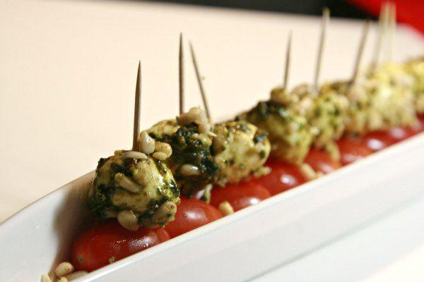 mozzarella, pesto & μικρά τοματίνια!
