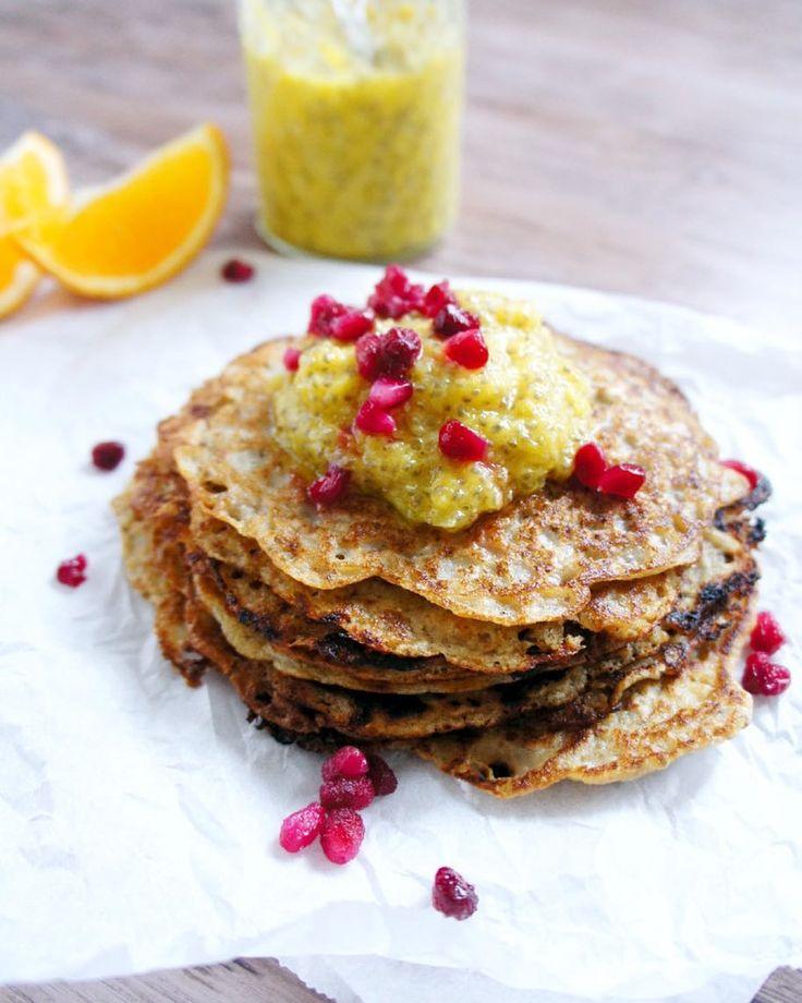 Vi får ju inte glömma att det även är pannkakans dag idag. Dessa pannkakor är helt fria från gluten mjölkprotein och ägg. Vad innehåller de då tänker du kanske? Kika in på halsogott.se för recept så får du se! Där finns även receptet på den supergoda chiasylten som pannkakorna är toppade med. Länk finns i profilen @halsogott   #hälsogott #halsogott #pannkaka #pannkakor #pancakes #pancake #chiasylt #chia #chiaseeds #chiafrön #vegan #mjölkfritt #glutenfritt #sockerfritt #dairyfree #glutenfree…