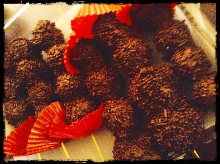 Banderillas de fresas con chocolate y chispas de gansito!