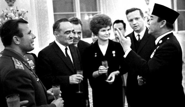 Presiden Soekarno dalam sebuah acara di Kremlin Moscow pada tahun 1964. Dari kiri ke kanan: U.S.S.R. Kosmonaut Yuri Gagarin, Chairman of the U.S.S.R. Supreme Soviet Anastas Mikoyan dan U.S.S.R. Kosmonaut Valentina Tereshkova.