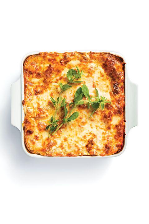 INGRÉDIENTS PAR SAPUTO   Lancez-vous dans la préparation de cette recette de lasagne suprême italienne à la viande et aux trois fromages; Ricotta Fiorella, Mozzarellissima et Romano Saputo. Une idée classique et si délicieuse.