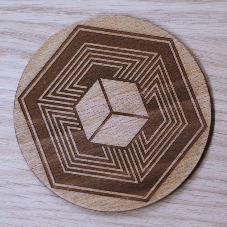 Podkładka pod kubek, inspirowana kręgiem zbożowym z Fosbury. Drewno bukowe, śr. 10 cm, wykończone olejem lnianym. #trivet #wood #PracowniaKonkretu #cropcircles