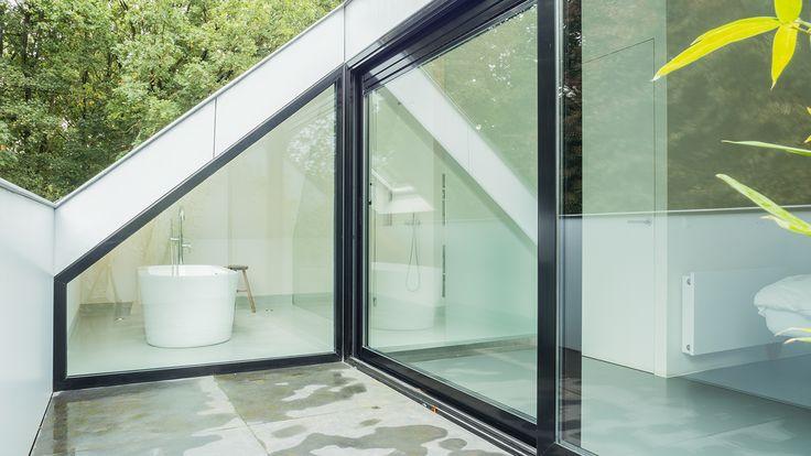 joep-van-os-architectenbureau-verbouwing-renovatie-zolder-loggia-met-zicht-op-bad-en-bos