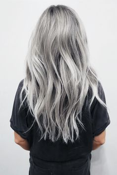 Silver Hair: the surprising trend hair color of the year