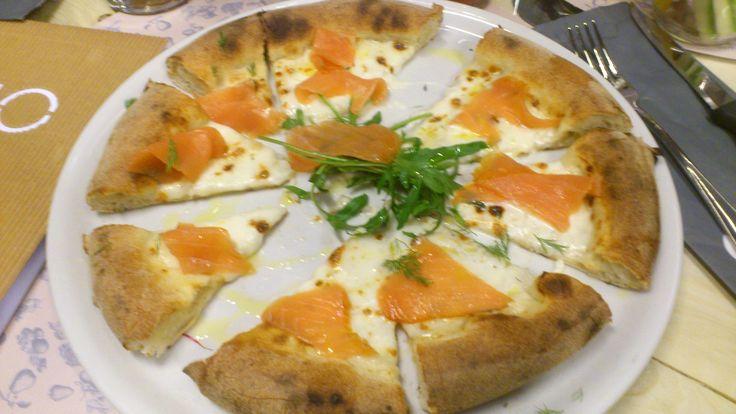 Q-BIO Cesena pizza con salmone stracchino e rucola