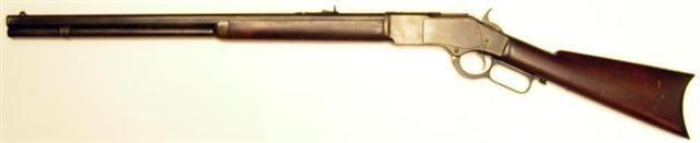 Winchester 1873 Cal. 44 40 wcf de smyrna shooters. Récepteur en acier avec plaques latérales, corps avec porte de chargement, canon octogonal de 24 pouces, plaque de couche, tube chargeur, finition bleutée avec pièces trempées, bois patiné à l'huile.