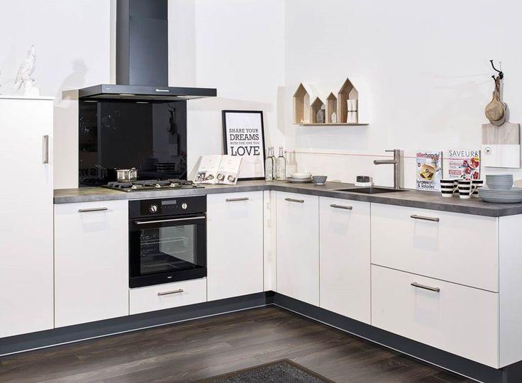Kleine witte keuken in hoekopstelling. Op maat gemaakt door ons merk Residentic. Bekijk meer foto's, gegevens en prijzen op onze website. #maatwerk #hoekkeuken