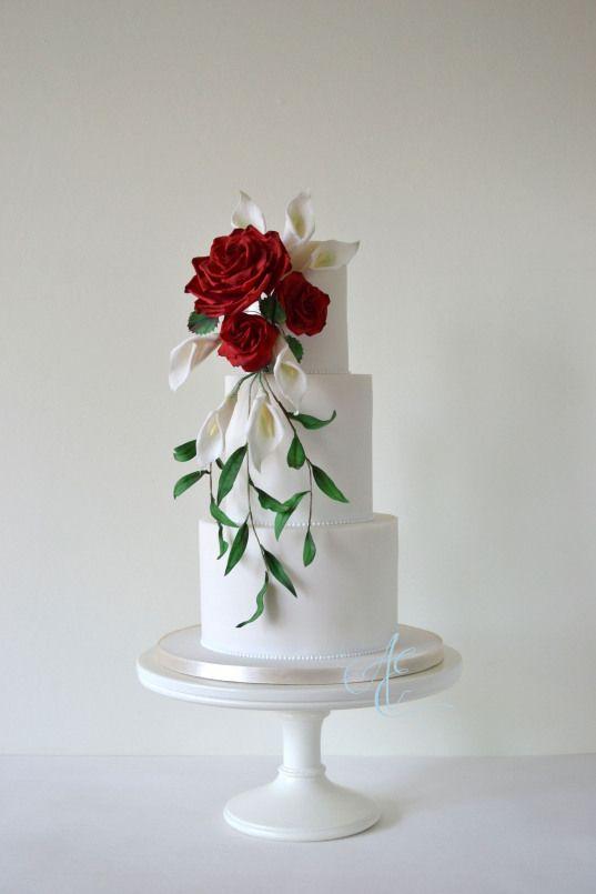 Hochzeitstorte mit tropfenförmigem Zucker, Blumenstrauß aus Rosen und …   – Wedding Event
