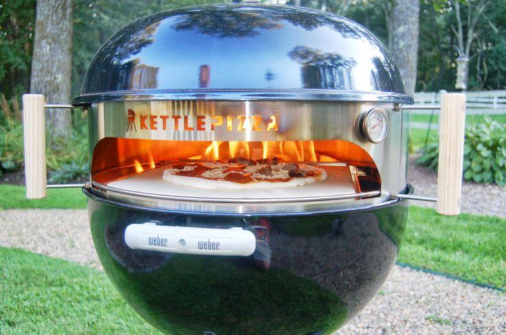 Quienes han probado la pizza hecha con leña y carbón vuelven por más. Ahora podrás acceder a ese sabor único gracias a Kettle Pizza: un accesorio que transforma tu parrilla en un horno para pizzas.