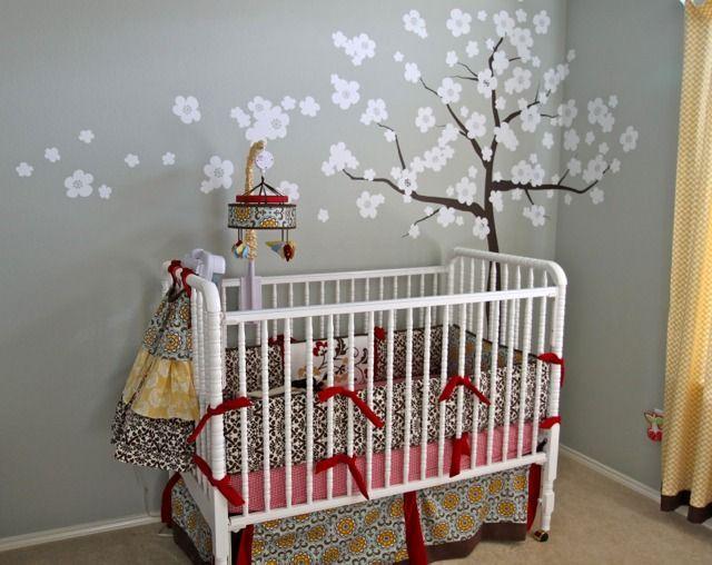 Arbre sur un mur gris de la chambre de bébé   – Chambres de bébés