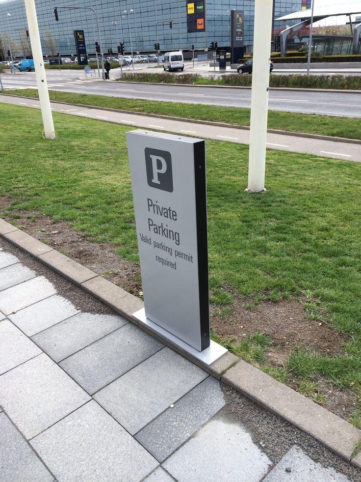 Det rigtige parkeringsskilt kan medvirke til at sende et professionelt signal som en del af et miljø, hvor der er tænkt over detaljerne. Samtidig spiller skiltet en praktisk rolle i forbindelse med at få folk til at parkere de rigtige steder i forhold til receptionen, personaleindgang osv.