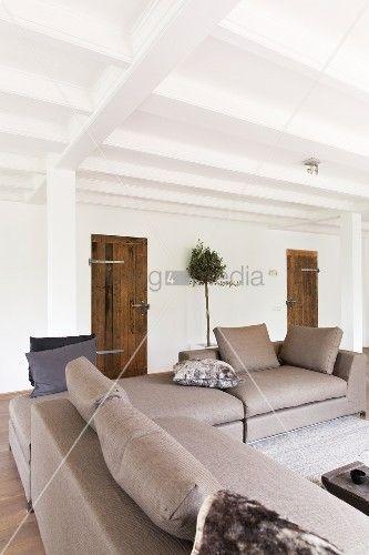 Elegante Sofakombination In Hellgrau Offenem Wohnraum Mit Lndlichem Charme Weisse Holzbalkendecke