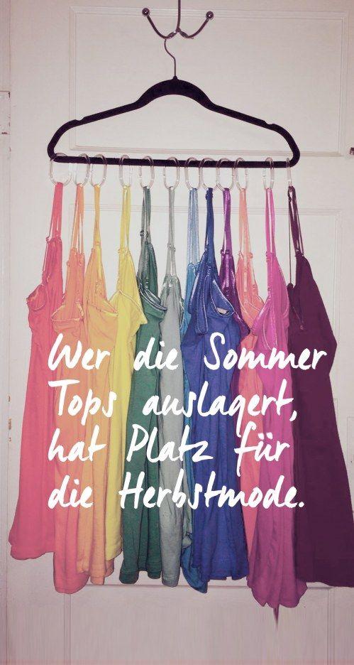 Sommertops aufhängen und auslagern 4. Benutzt das gleiche System für eure Sommertops.  Genau wie euer Outfit, müsst ihr auch euren Kleiderschrank herbsttauglich machen. Das geht, indem ihr die reine Sommerkleidung, wie luftige Tops oder dünne Sommerkleidchen, auslagert. Dazu könnt ihr das gleiche System wie für die Schals, also entweder Wäscheklammern oder wie hier Duschvorhangringe, benutzen.