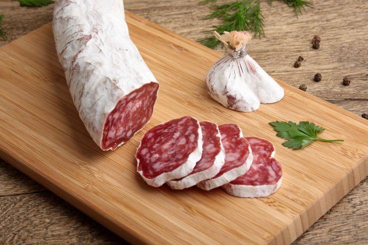 Сальчичон Монтанья Экстра создана из свинины с добавлением перца и специй, придающих продукту изысканный вкус. Этот деликатес — один из самых ярких примеров испанской кулинарной мясной традиции, сочетающий в себе высокое качество, безупречный вкус и тонкий аромат. Кстати, отличие Монтанья Экстра в том, что во время своего созревания она покрывается белой благородной плесенью. Приобрести этот изысканный продукт можно в интернет-магазине «Николаев и сыновья» http://shop.nsons.ru/.