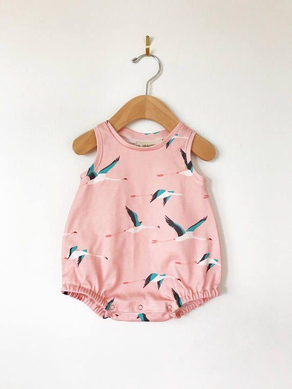 Barboteuse / ou biologique pour bébé grenouillère / / baby Body en flamant rose imprimé / / vêtements de bébé de //organic grenouillère bulle / / Combi-short à bulles