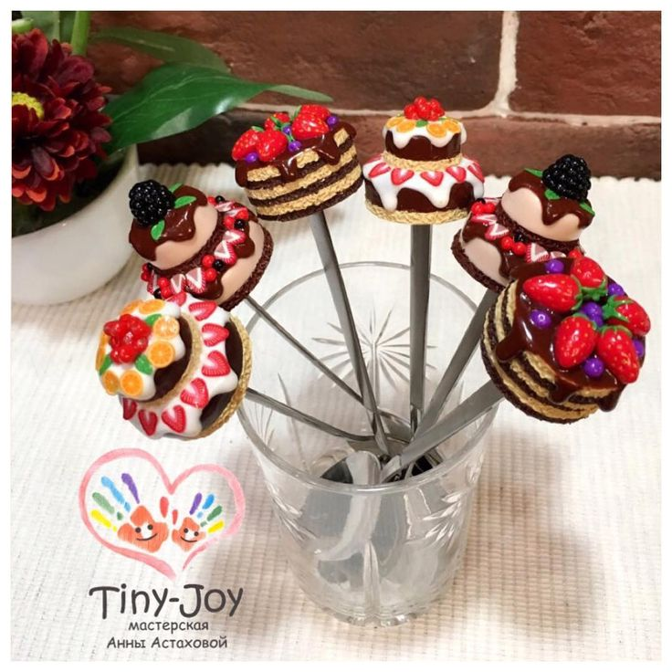 «Ну и кучкой  #tiny_joy #тортик #капкейк #кендибар #макаронс #миниатюра #miniature #декор #праздник #интерьер #дизайн»