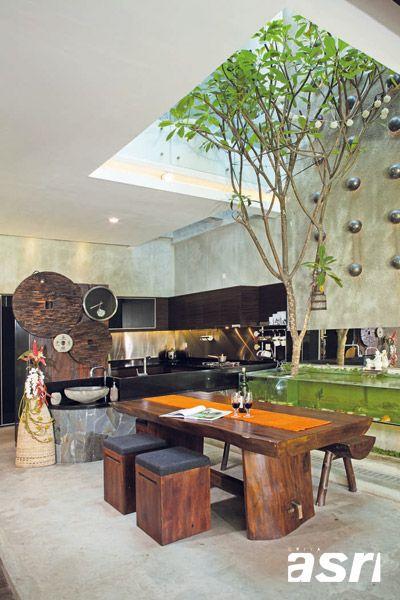 Ruang makan dan dapur dengan pohon yang ditanam di dekatnya. Terdapat void untuk pencahayaan alami dan sirkulasi udara yang lebih baik.