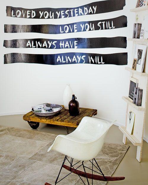 Kleine moeite, groot effect: laat een mooie tekst op een sticker maken en bevestig die op de muur.