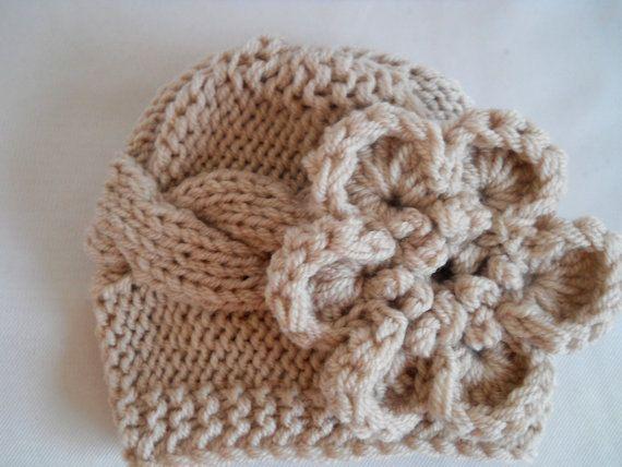 Baby stricken Hut in Haferflocken mit ziemlich großen Blüten. Diese Mädchen stricken Hut besteht aus warmen und weichen Baby-Garn. Es ist in folgenden Größen erhältlich: 0 - 3 Monate passt leitet bis zu 14 3 - 6 Monaten 14- 16 6 - 12 Monaten 16- 18 12 - 24 Monaten 18- 19,5 Bitte geben Sie die Größe, die Sie möchten im Anhang zum Verkäufer bei der Kasse.  Pflegehinweis: Handwäsche  Für weitere Farben und Designs konnten, besuchen Sie meinen Shop hier: http://effybags.etsy.com/  ...