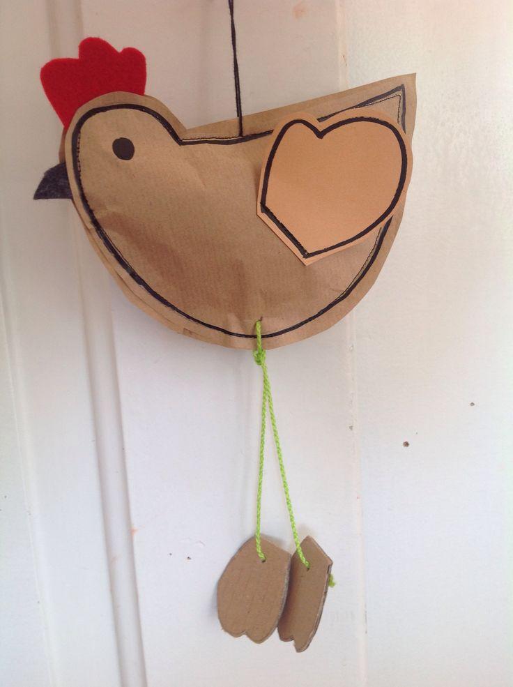 une poule en papier cousue à la machine