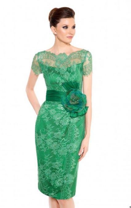 Vestido de encaje verde con cinturon tipo faja en satin verde y aplicacion de flor al costado.