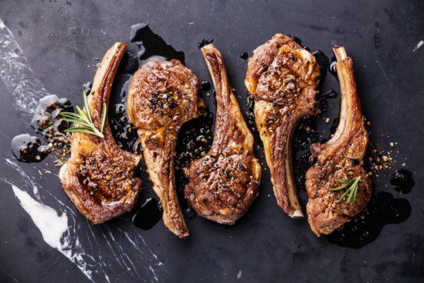 Ecco come preparare un secondo di carne allettante, le costolette di agnello al forno con la ricetta di Nigella Lawson