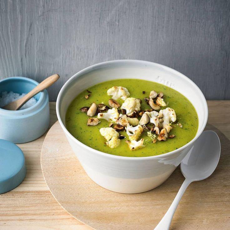 """Grüne Blumenkohlsuppe - """"Mit Topinambar wird die Blumenkohlsuppe der Hit, denn dadurch schmeckt sie nicht nur leicht nussig, sondern macht auch lange satt. Kurkumapulver wirkt zudem entzündungshemmend - so eine Suppe mögen wir!"""""""