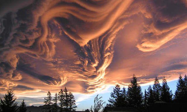 Der Himmel über unseren Köpfen treibt offensicht…