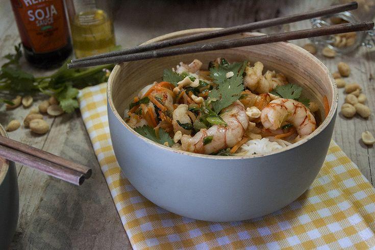 Langostinos thai con fideos de arroz -  8 langostinos 1 lima 1 zanahoria 2 cebolletas 1 guindilla roja 2 cucharadas de aceite de sésamo 2 cucharadas de salsa de pescado thai 100 gr fideos de arroz 6 cacahuetes  cilantro y salsa de soja para acompañar