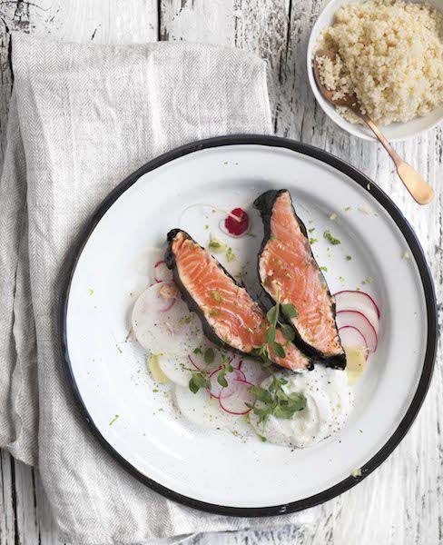 Prepara innanzitutto il miglio, facendolo bollire in acqua salata per circa 20 minuti (controlla il tempo sulla confezione, perché può variare). Mentre cuoce, grattugia la scorza di lime (tienila da parte per dopo) e spremi il succo. Taglia il filetto di salmone in due parti uguali ed elimina tutte le lische. Massaggia il salmone con …