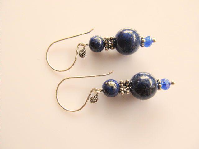 Oorbellen Gitte lapis lazuli kralen met kristalglas rondelletje facet. geheel zilver. www.doloressieraden.nl