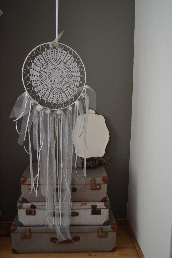 Deze dromenvanger is gemaakt van een vintage kanten doily met een prachtig verfijnd motief. Het is schitterend om de hand van de maker terug te zien en