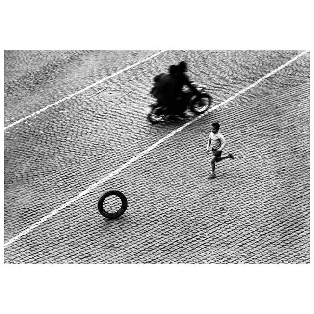 Herbert List, View from a window: playing with a tyre, Via della Lungarina, Rome, Italy, 1953