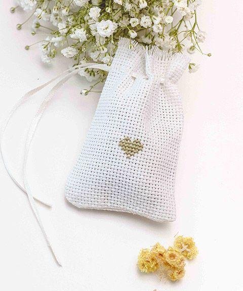 Свадебные шкатулки для колец ◈ Авторский Киоск Красивые, яркие цветки иммортеля.  Теперь вы можете заказать их вместе со шкатулочкой у нас! Для того чтобы отдать вам эту красоту в целости и сохранности и не растерять в пути, мы сшили специальные мешочки, на каждом из которых вышили сердечко. Кстати, после фотосессии вы сможете собрать цветы обратно в мешочек и хранить их в качестве саше.